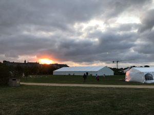 """Sonnenaufgang über den Zelten der """"summer university"""" in Saint Malo"""
